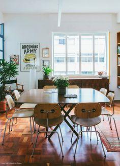 Um apartamento antigo com arquitetura inovadora e decoração aconchegante. Plantas, cores, móveis de design bacana... Aqui tem tudo isso.