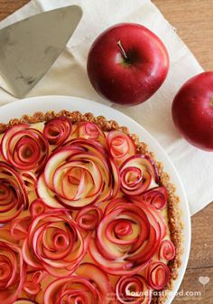 Apple pie with curly rose decor-- Best easy thanksgiving dinner dessert recipe ideas! Easy Thanksgiving Dinner, Thanksgiving Recipes, Holiday Recipes, Beaux Desserts, Just Desserts, Dessert Recipes, Good Food, Yummy Food, Apple Roses