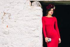 Vestido rojo y tocado ocuro: perfect match