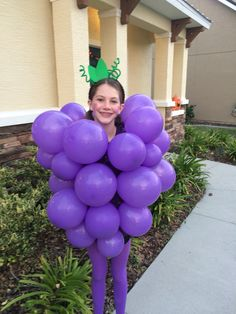 Grapes Halloween costume!! takes 15mins. Safety pin the ends of the balloons to a shirt.