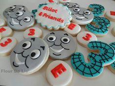 Thomas the Train cookies (birthday cake cookies link) Thomas Birthday Cakes, Thomas Birthday Parties, Thomas Cakes, Cookie Cake Birthday, 3rd Birthday, Cookies For Kids, Cut Out Cookies, Brownie Cookies, Cupcake Cookies