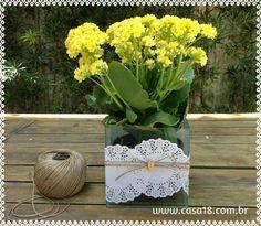 decorando cachepô com toalhinha de renda de papel http://www.casa18.com.br