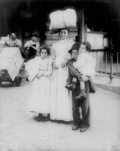 Migrant Italian family arrive at Ellis Island (1910)