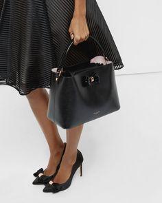 seu/Womens/Accessories/Bags/ALEXXA-Bow-detail-leather-tote-bag-Black/XS6W_ALEXXA_00-BLACK_2A.jpg.jpg (660×825)