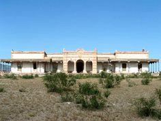 https://flic.kr/p/sqL5bL | TURISMO EN CIUDAD JUÁREZ TE COMENTA SOBRE LA HACIENDA DE SAN DIEGO.1 | La Hacienda de San Diego, fue construida en 1902, es uno de los símbolos de la grandeza de las haciendas en la época del Porfiriato. Su arquitectura, con características de la influencia francesa muestra su propio encanto y misticismo, ésta se ubica en el municipio de Casas Grandes, muy cerca de Ciudad Juárez. Fue propiedad del General Luis Terrazas, uno de los hombres más ricos de la historia…
