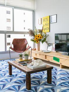 sala de estar com tapete estampado azul, mesa de centro rústica e cadeira Paulistano - matéria em parceria com a https://boobam.com.br/