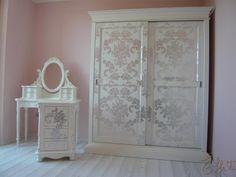 Camera decorata a mano...disegno damascato ricoperto in foglia argento.