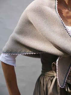 Stricktücher Einfassen – Awesome Knitting Ideas and Newest Knitting Models Poncho Knitting Patterns, Knitted Poncho, Knitted Shawls, Crochet Patterns, Knitted Scarves, Diy Scarf, Knitting Accessories, Grey Fashion, Lana