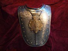 Półpancerz, potężny ryngraf husarski, szlachecki, stalowy, awers oksydowany. Na środku mosiężny medalion z XVII-wiecznym kartuszem herbowym magnackiego i książęcego rodu Radziwiłłów. Tarcza ryngrafu kanelowana.