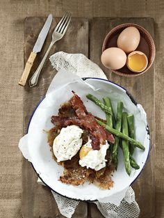 Nothing beats a soft-poached egg with old-fashioned, homemade hash browns and plenty of crispy bacon. Enjoy as a hearty breakfast or yummy brunch topped with fresh rocket Quick And Easy Breakfast, Breakfast In Bed, Breakfast Casserole, Healthy Breakfast Recipes, Sweet Chilli Sauce, Hash Browns, Bacon, Brunch