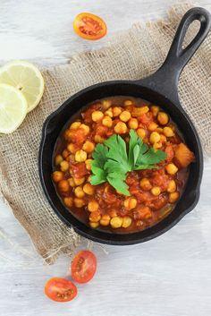 Der Kichererbsen-Tomaten Eintopf ist so ein Rezept. Die Zubereitung dieses veganen Eintopfs dauert etwa 20 Minuten. Kommt nicht ganz an die Zubereitungszeit