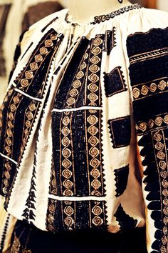 Ia Traditionala Romaneasca Polish Embroidery, Folk Embroidery, Learn Embroidery, Embroidery Patterns, Embroidery Stitches, Traditional Fashion, Traditional Art, Traditional Outfits, Fashion Art