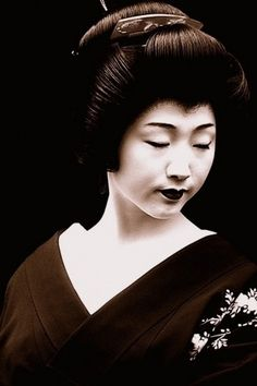Japanese Geisha girl touching up her makeup. Description from pinterest.com. I searched for this on bing.com/images