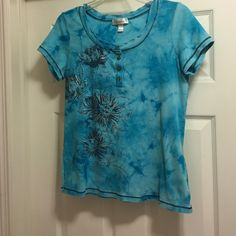 DRESS BARN FANCY SHIRT - size Large This tye-dye look t-shirt is turquoise in color with black and silver paint design as well as silver studs is in EUC. It has black thread trim around the neck and both sleeves. The neckline has a bit of a ruffle to it, as well as being accented with 4 metal buttons. Dress Barn Tops Tees - Short Sleeve