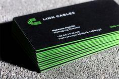 Wyjątkowo grube wizytówki na maszynowo gładzonym czarnym kartonie o gramaturze 700g. Dwustronny sitodruk białym i zielonym kolorem Pantone 801U. Krawędzie zostały również zabarwione sitem na tą samą, intensywną zieleń. Właścicielem jest firma zajmująca się sprzedażą kabli do profesjonalnych zastosowań. Oprócz wizytówek wykonaliśmy również kompleksową identyfikację wizualną razem z logo – do wglądu na stronie Pracowni Znaku.