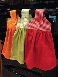 Oven Hand Towels - instructions from kleiosbelly. Dish Towel Crafts, Dish Towels, Hand Towels, Kitchen Towels Hanging, Hanging Towels, Sewing Hacks, Sewing Crafts, Towel Dress, Love Sewing