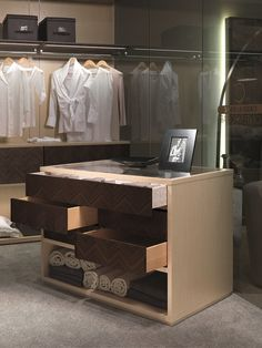 Contemporary style walk-in wardrobe Isola per cabina armadio 2017 by Carpanelli Contemporary Walk In Wardrobe, Walk In Closet, Wooden Chest, Luxurious Bedrooms, Chest Of Drawers, Wardrobes, Contemporary Style, Interior Design, Luxury