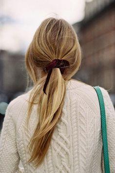 óc đuôi ngựa thấp với nơ nhung  Kiểu tóc đuôi ngựa thấp với điểm nhấn là một chiếc nơ nhung mang gam màu đậm chất thu đông mà điển hình là đỏ rượu vang có thể hô biến mọi set đồ đơn giản với áo len trở nên siêu mơ màng và lãng mạn.