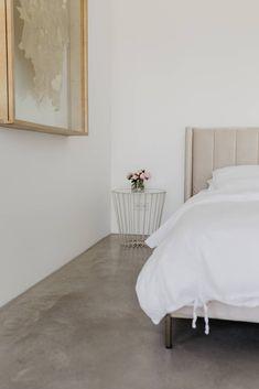 zu Besuch bei Katerina - ein modernes Hanghaus aus Sichtbeton Architectural Digest, Bedroom, Furniture, Home Decor, Cool Kids Rooms, Architecture, Homes, House, Decoration Home