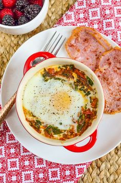 Syn Free Baked Egg with Spinach and Tomatoes | Slimming World Syn Free Breakfast, Healthy Protein Breakfast, Breakfast Recipes, Healthy Eating, Breakfast Casserole, Breakfast Ideas, Slimming World Vegetarian Recipes, Slimming Recipes, Vegetarian Paleo