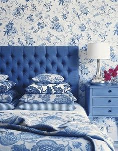 Blue and white Chinoiserie #pattern wall covering and bedding #bedroom