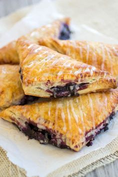Turnovers Blueberry Turnovers - Flakey pastry dough is filled with gooey homemade blueberry filling.Blueberry Turnovers - Flakey pastry dough is filled with gooey homemade blueberry filling. Blueberry Turnovers, Apple Turnovers With Puff Pastry, Blueberry Tarts, Puff Pastry Desserts, Puff Pastry Recipes, Choux Pastry, Pastry Dough Recipe, Tasty Pastry, Pastries Recipes