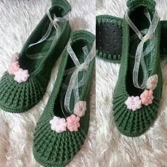 Patik örneği Crochet Boots, Crochet Slippers, Baby Knitting Patterns, Crochet Patterns, Sock Shoes, Baby Shoes, Crochet Slipper Pattern, Slipper Socks, Free Crochet