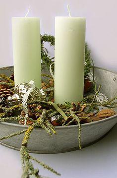 Kaarsen in zinken bak met takjes