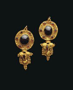 A PAIR OF PARTHIAN GOLD AND GARNET EARRINGS -  CIRCA 2ND CENTURY A.D.