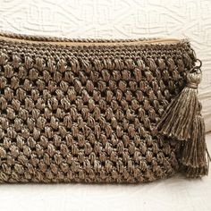 Los complementos en tonos metalizados, son ideales tanto por el día como por la noche por su gran versatilidad. #macadamiarepublic #crochet #ganchillo #hechoamano #handmade #katiayarns #trapillo
