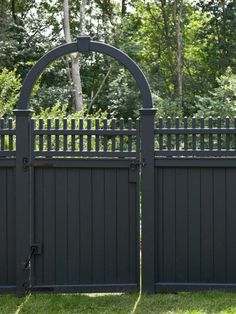 Fence Pictures for Backyard . Fence Pictures for Backyard . Discover More About Backyard Fence Options Black Garden Fence, Metal Garden Fencing, Green Fence, Garden In The Woods, Garden Gate, Green Grass, Fence Gate Design, Modern Fence Design, Metal Design