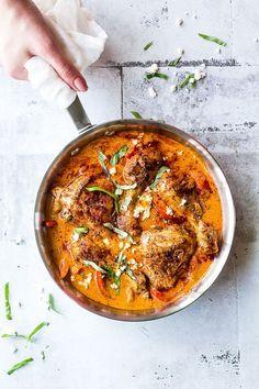 Nem opskrift på kylling i sauce lavet på grillet røde peberfrugter. Lav opskriften i en pande eller i et fad i din ovn. Hurtig aftensmad med kylling