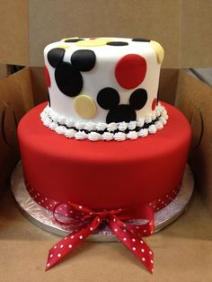 This is a traditional Disney or Mickey Mouse cake, I recommend this cake for ages 1 or 2 to about ages 6-7- or 8. And this is a cake for both boys and also girls too. And toddlers or kids also..