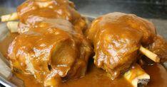 Codillos de cerdo en salsa, una carne jugosa y de mucho sabor y cocinada de esta manera está deliciosa. My Favorite Food, Favorite Recipes, Spanish Food, Spanish Recipes, Mediterranean Diet Recipes, Canapes, Pork Recipes, Chicken Wings, Tapas