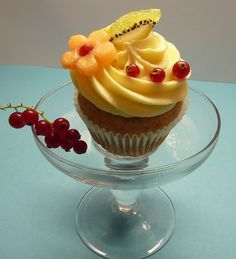 Fruit cupcake, via Fruit Cupcakes, Healthy Cupcakes, Fancy Cupcakes, Yummy Cupcakes, Cupcake Cookies, Fruit Recipes, Cupcake Recipes, Dessert Recipes, Köstliche Desserts