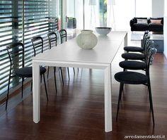 Tavolo laccato bianco a poro aperto in abbinamento alla sedia Dora