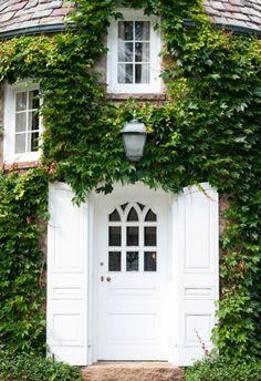 enter~ivy-clad brick + crisp white