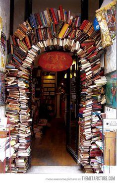 Bon, il ne faut pas avoir besoin de relire le bouquin qui tient la clé de voûte... mais ça fait une bibliothèque moins cher que chez le suédois !
