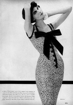 A very curve hugging 1950s short sleeve dress adorned with a huge, beautiful bow. #vintage #fashion #1950s