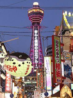 通天閣(大阪市浪速区)でピンクリボンデーの10月1日、夜間に点灯するネオンを1日限定でピンク色にライトアップした。