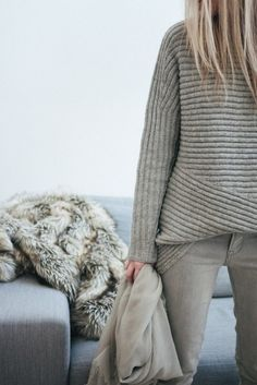Helmut Lang knows how we like our sweaters: Simple, structural and grey. Looks Street Style, Looks Style, Style Me, Grey Style, Moda Crochet, Casual Chique, Look Fashion, Womens Fashion, Fashion Jobs