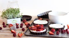 LIFE IN A BAG. Discover the recipe for these red berries and microgreens tartlets. #unikstore #delicious #recipe #dessert #tartlets #sugarfree