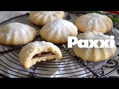 Συννεφιασμένα γεμιστά μπισκότα που σπάνε στο απαλό άγγιγμα του δοντιού κι από μέσα τους ελευθερώνεται η πλούσια, γεμάτη, ρευστή πραλίνα. Greek Desserts, Confectionery, Biscuits, Cake Cookies, Cookie Recipes, Cheesecake, Deserts, Brunch, Food And Drink