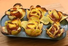 Bacon and potato roses - delicious party snack Pizza Roses, Puff Pastry Pizza, My Recipes, Favorite Recipes, Raw Potato, Good Food, Yummy Food, Meat Appetizers, Snacks Für Party