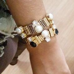Mulherada essas pulseiras são lindas demais. Podem ser usadas no dia a dia ou numa festa top...
