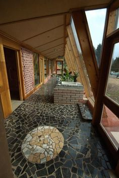 inside an earthship - Baustil Natural Building, Green Building, Building A House, Earthship Design, Earthship Home Plans, Decks, Underground Homes, Natural Homes, Solar House