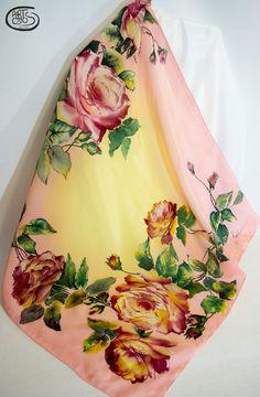 Pañuelo de seda pintado a mano: Rosas pink y hojas verdes sobre fondo salmón y amarillo. Seda crepe de china - Batik.  85 x 85cm