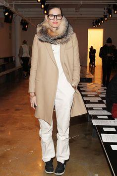 Jenna Lyon's Guide to Fashion Week Style - Page 5 Mantel Styling, Mantel Outfit, Nyfw Style, Jenna Lyons, Sneakers Mode, Black Sneakers, Leather Sneakers, Garance, Moda Boho