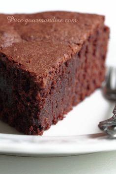 Fondant au chocolat et à l'amande | PureGourmandise | www.puregourmandise.com Easy Vanilla Cake Recipe, Easy Cake Recipes, Sweet Recipes, Dessert Recipes, French Chocolate, Best Chocolate Cake, Yummy Treats, Delicious Desserts, Yummy Food