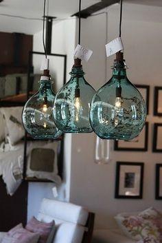ガラスランプ。コロンと丸みのある形、ガラスの瓶を吊り下げているような形がかわいいと思う。ガラスの青い色もきれい。